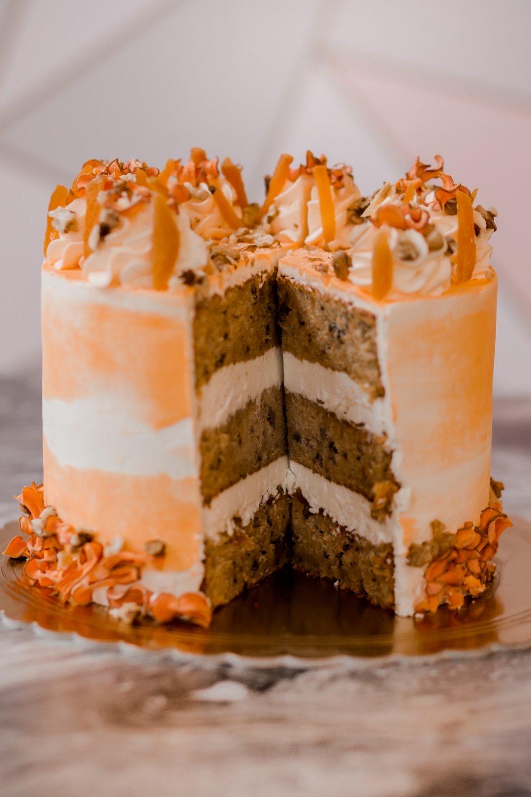 Mrkvový dort s vlašskými ořechy s vanilkovým krémem z mascarpone a pomerančovou kůrou, meruňkový džem