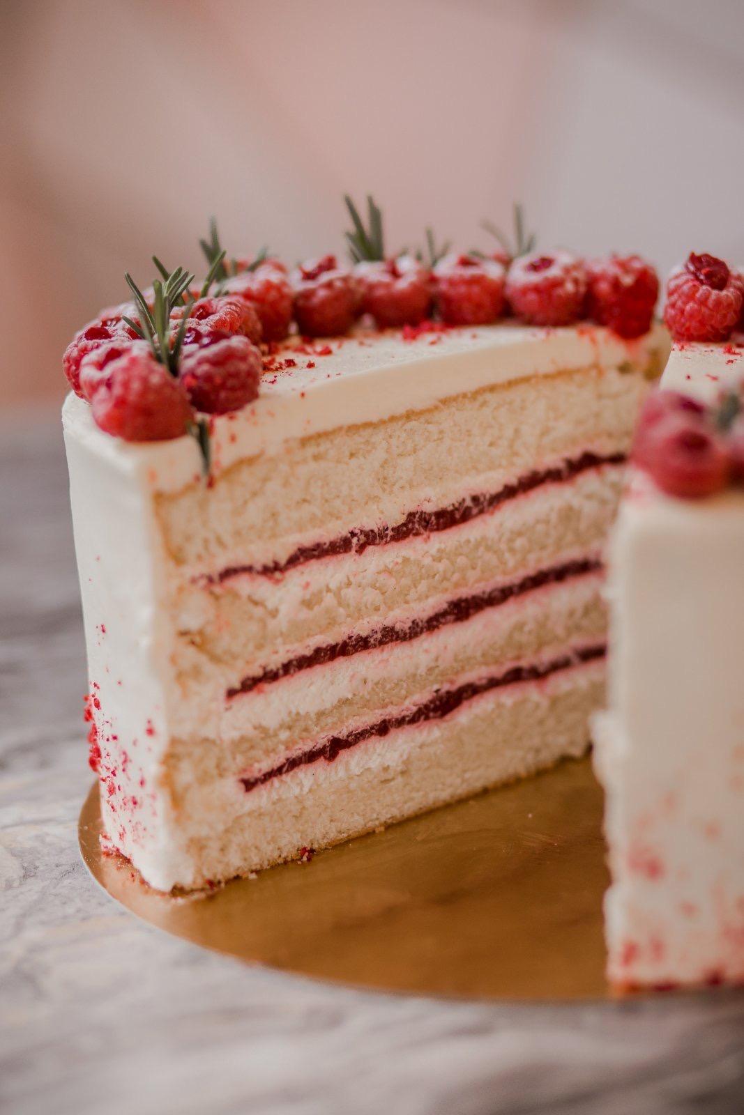 Vanilkový dort s vanilkovým krémem a domácím malinovým džemem